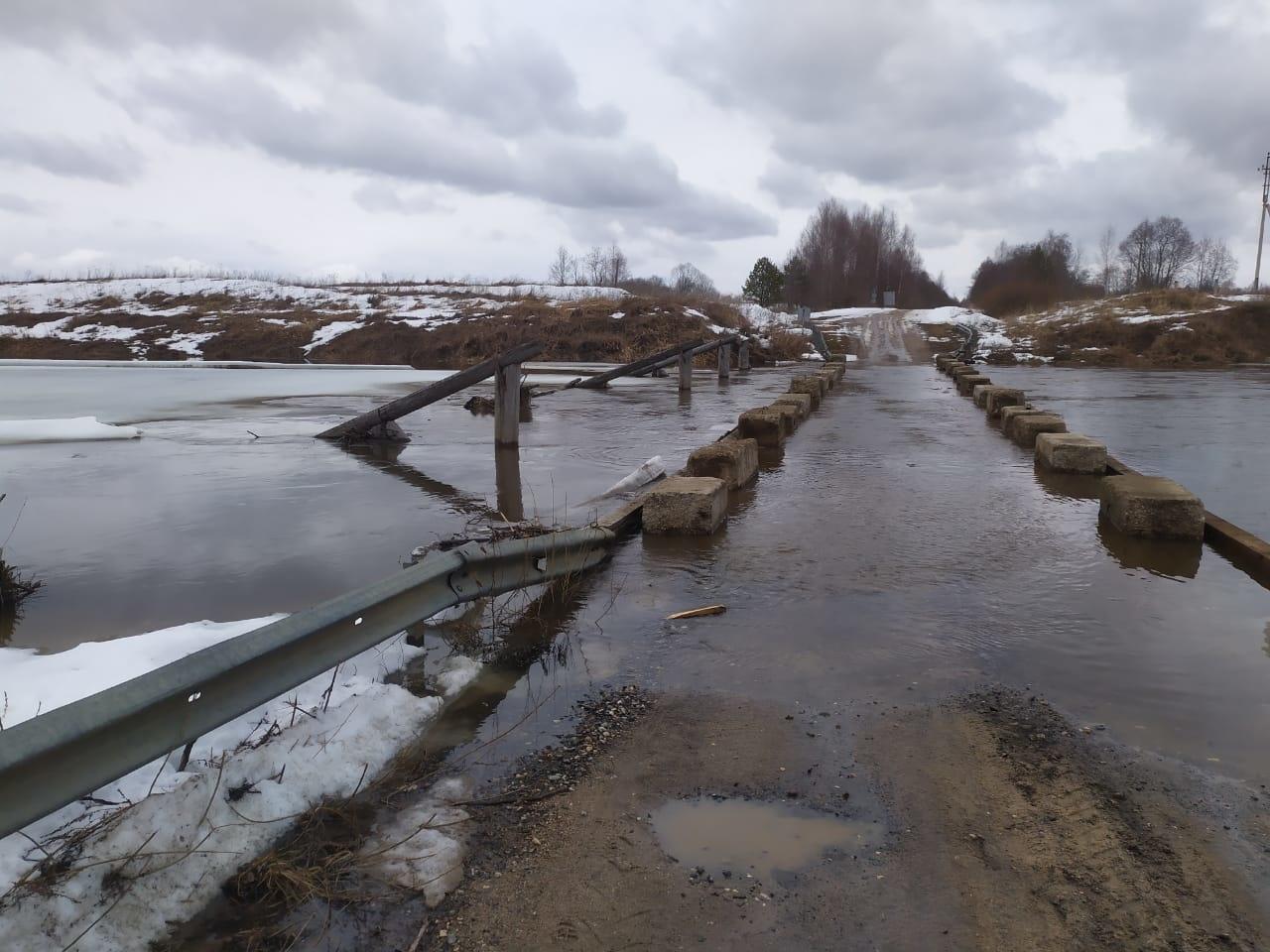 Подтопление низководного моста в районе д. Новая Гаврилово-Посадского района Ивановской области
